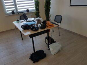 Biurko z rzeczami prowadzącego i okularami VR