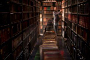 Podejrzany mężczyzna w bibliotece